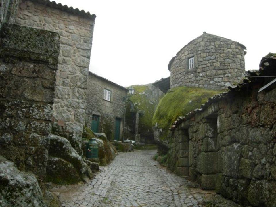 Junto al castillo se encuentran las ruinas de una capilla románica, sumándose a la hermosa atmósfera obsesionante.