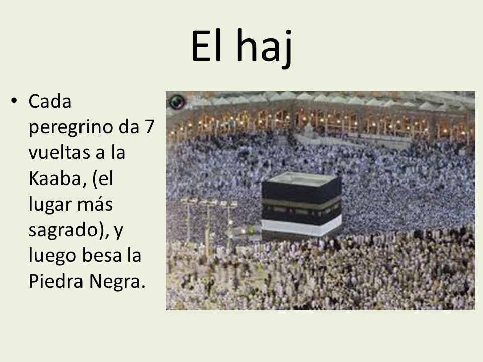 El haj Cada peregrino da 7 vueltas a la Kaaba, (el lugar más sagrado), y luego besa la Piedra Negra.