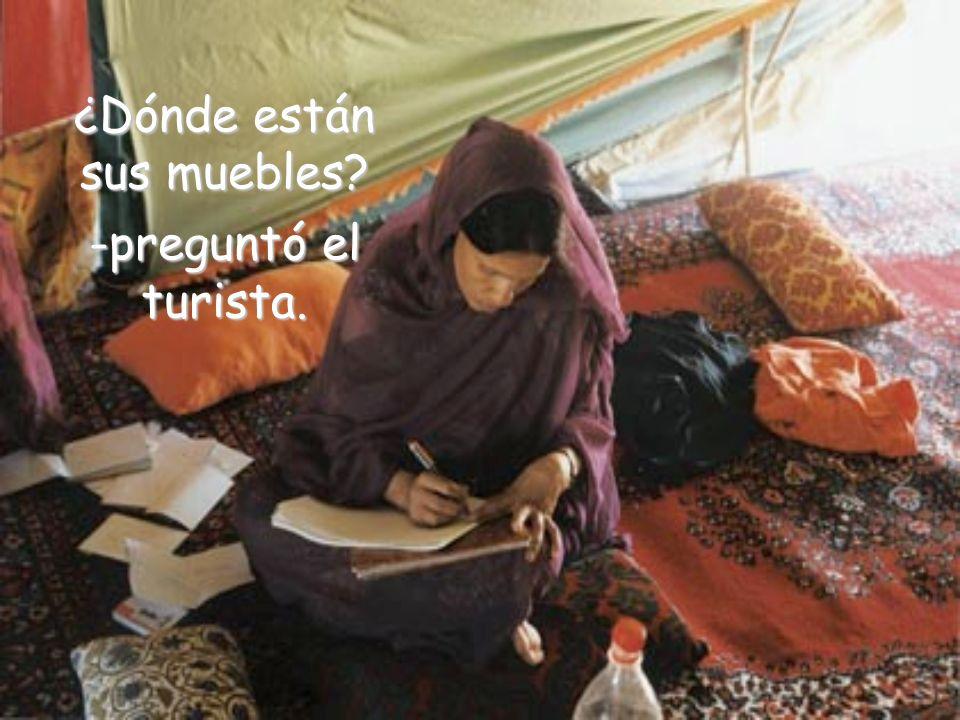 El turista se sorprendió al ver que el sabio vivía en un cuartito muy simple y lleno de libros.