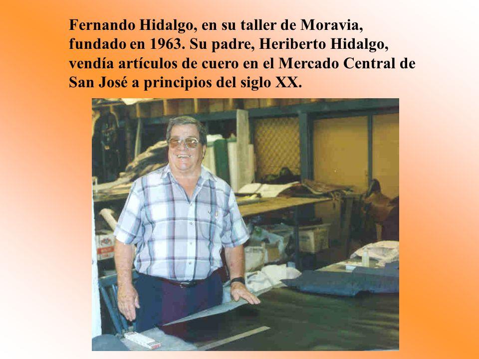 Fernando Hidalgo, en su taller de Moravia, fundado en 1963. Su padre, Heriberto Hidalgo, vendía artículos de cuero en el Mercado Central de San José a