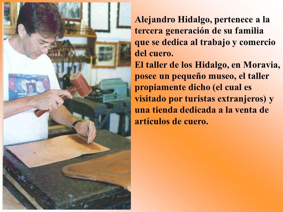 Alejandro Hidalgo, pertenece a la tercera generación de su familia que se dedica al trabajo y comercio del cuero. El taller de los Hidalgo, en Moravia