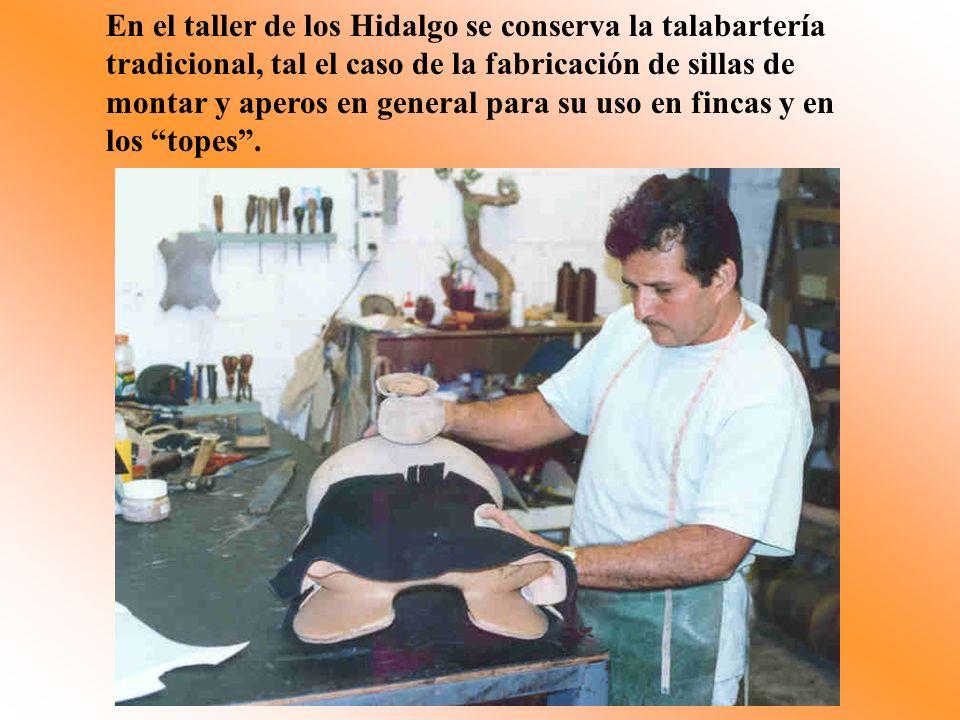 En el taller de los Hidalgo se conserva la talabartería tradicional, tal el caso de la fabricación de sillas de montar y aperos en general para su uso