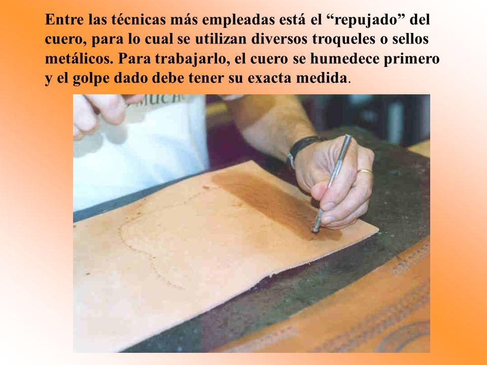 Entre las técnicas más empleadas está el repujado del cuero, para lo cual se utilizan diversos troqueles o sellos metálicos. Para trabajarlo, el cuero