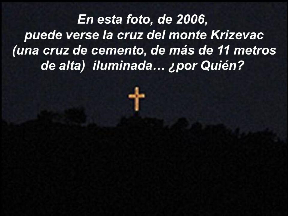 En esta foto, de 2006, puede verse la cruz del monte Krizevac (una cruz de cemento, de más de 11 metros de alta) iluminada… ¿por Quién?