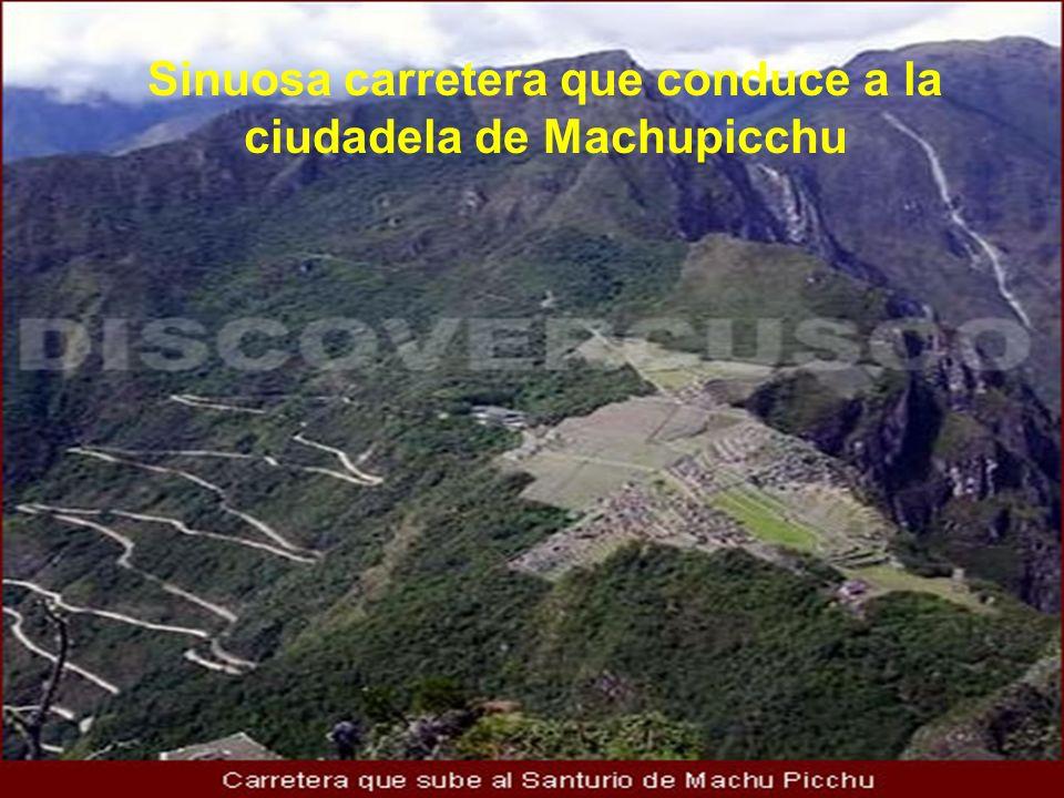 Sinuosa carretera que conduce a la ciudadela de Machupicchu