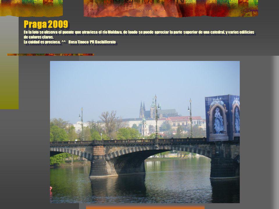 Praga 2009 En la foto se observa el puente que atraviesa el río Moldava, de fondo se puede apreciar la parte superior de una catedral, y varios edific