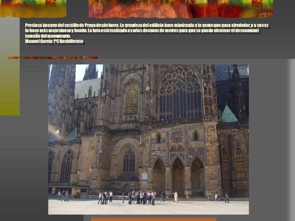 Preciosa imagen del castillo de Praga desde fuera. La grandeza del edificio hace minúscula a la gente que pasa alrededor, y a su vez lo hace más majes