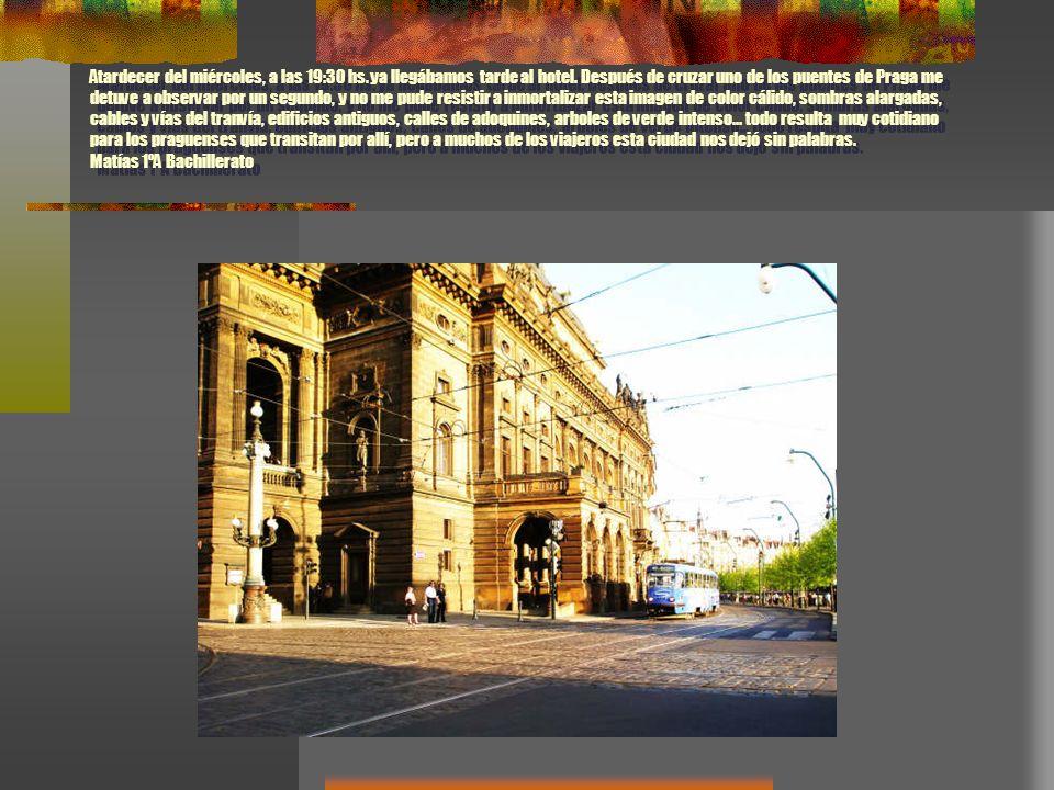 Atardecer del miércoles, a las 19:30 hs. ya llegábamos tarde al hotel. Después de cruzar uno de los puentes de Praga me detuve a observar por un segun