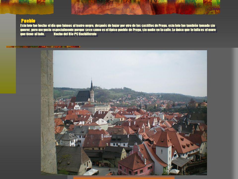 Pueblo Esta foto fue hecha el día que fuimos al teatro negro, después de bajar por otro de los castillos de Praga, esta foto fue también tomada sin qu