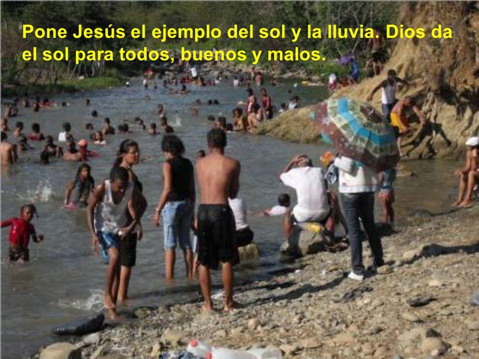 Jesús nos da su pa- recer: Hay que amar a los enemigos. Y nos lo enseña no sólo con palabras, sino con el ejemplo, perdonando des- de la cruz a los qu