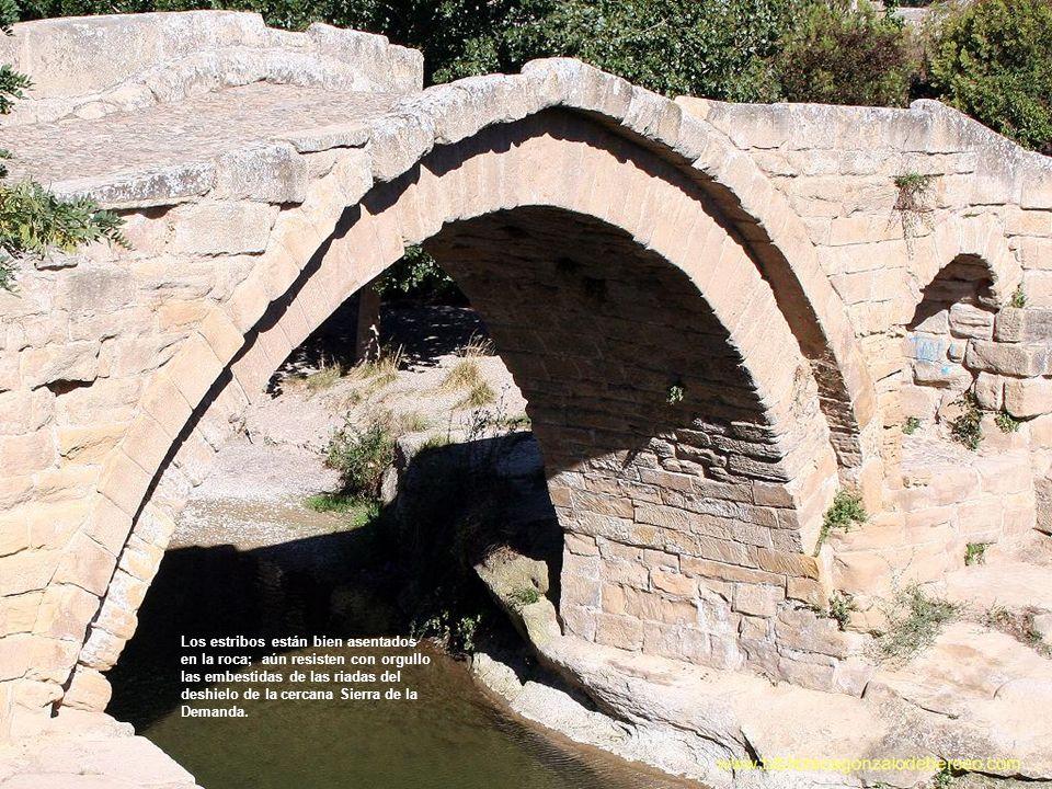 El puente es de tres ojos de distinta luz, dos de medio punto y apuntado el de la orilla derecha en sillería con almohadillado.