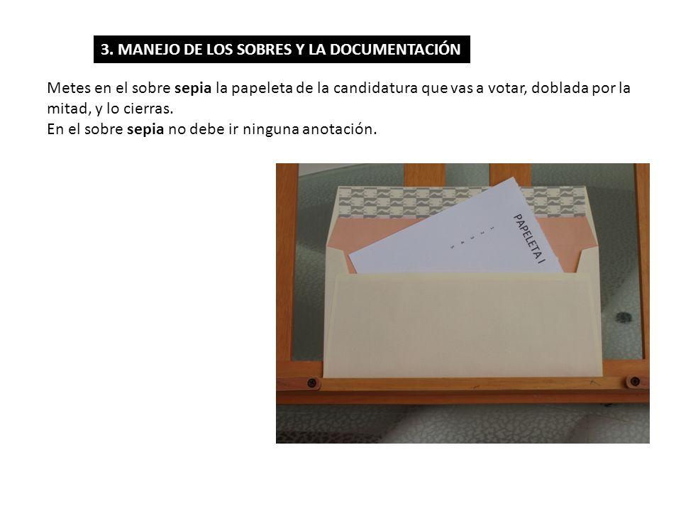 Metes en el sobre sepia la papeleta de la candidatura que vas a votar, doblada por la mitad, y lo cierras. En el sobre sepia no debe ir ninguna anotac