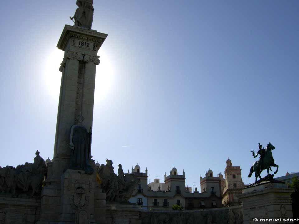 PLAZA DEL MENTIDERO Por la calle Bendición de Dios, lateral a la iglesia del Carmen, se accede a la plaza del Mentidero, lugar elegido para leer por segunda vez la Constitución.