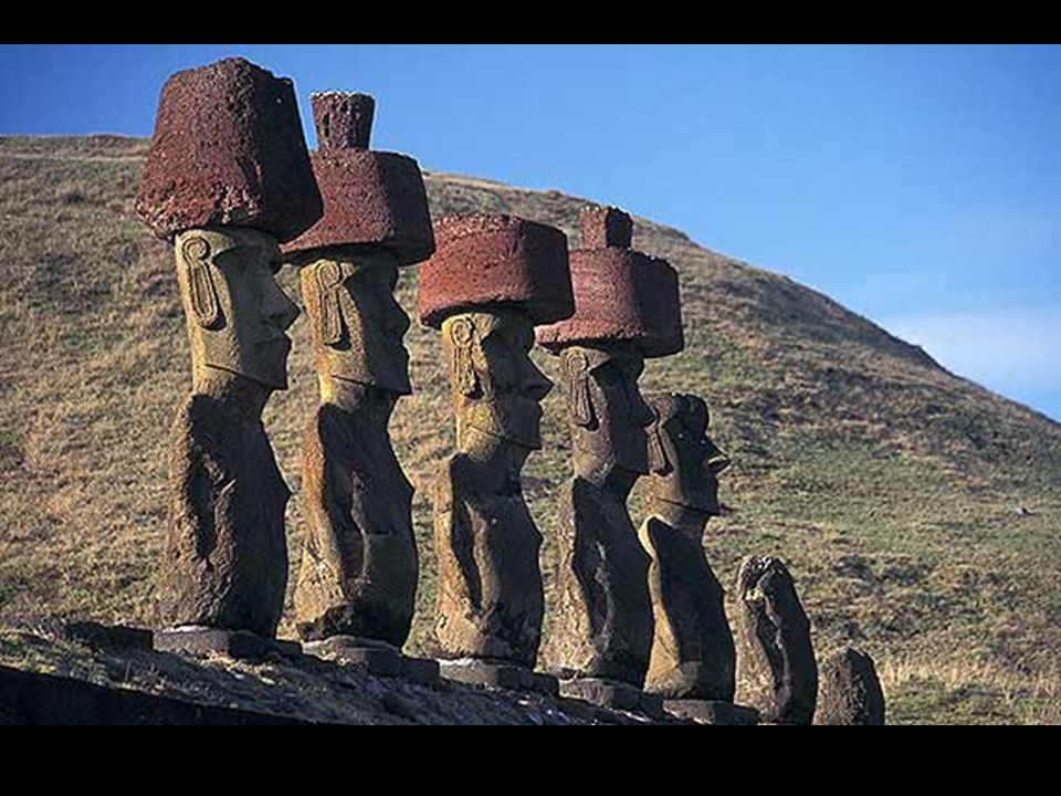 Los moáis son únicos en el mundo y fueron construidos por los rapanui. Más de 900 Moáis y 270 Ahu o altares decoran todo el borde costero y zonas inte