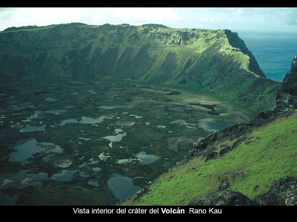 Geográficamente, surgió de tres volcanes. El Poike, de 3 millones de años, el Rano Kau de 2,5 millones y el Maunga Terevaka de 12.000 a 10.000 años. É