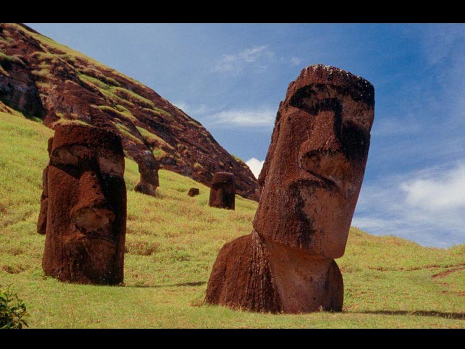 Cada moái pesa más de 10 toneladas, por lo cual representa todo un enigma cómo lograron cortar la piedra volcánica, de particular dureza, tallarla, y