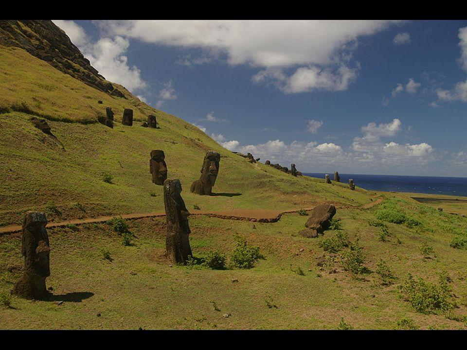 Lo que llama realmente la atención de la isla es la forma de los caminos por los que se especula se llevó a los gigantes a sus emplazamientos originales.