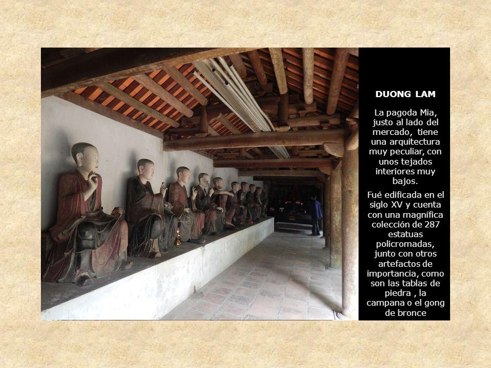 DUONG LAM La pagoda Mia, justo al lado del mercado, tiene una arquitectura muy peculiar, con unos tejados interiores muy bajos.