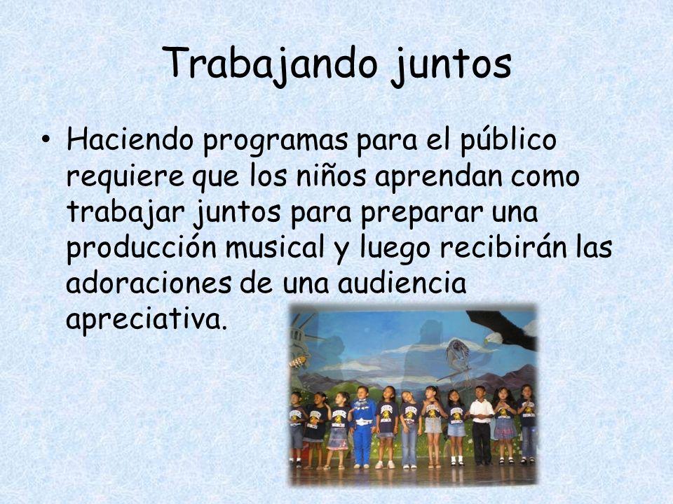 Trabajando juntos Haciendo programas para el público requiere que los niños aprendan como trabajar juntos para preparar una producción musical y luego recibirán las adoraciones de una audiencia apreciativa.