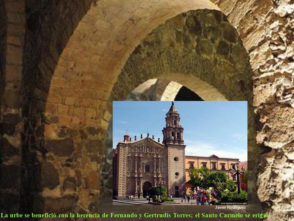 El barroco exuberante ya estaba irrumpiendo en el escenario apueblado de la ciudad y la Catedral Metropolitana se disponía a enseñorearse del primer c