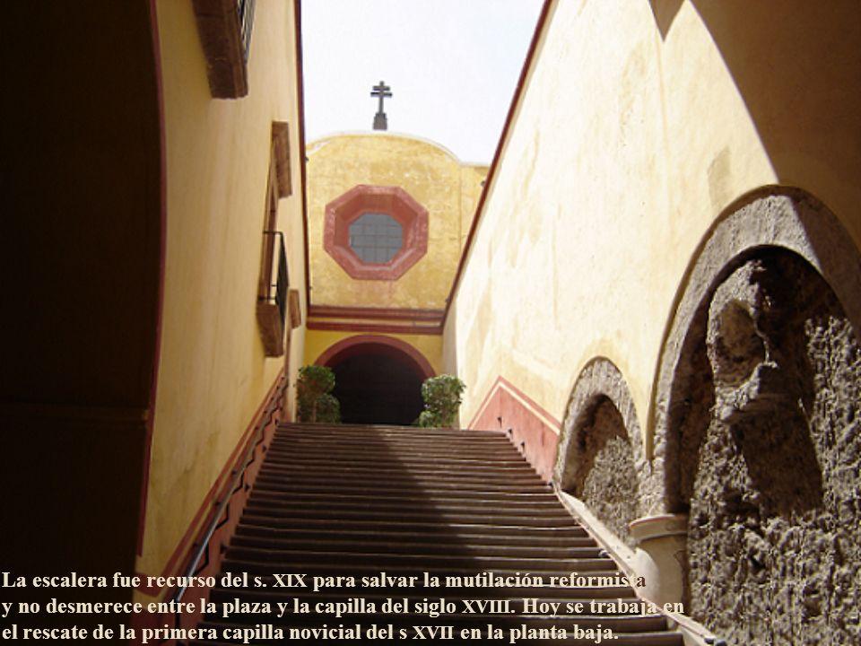 En la concepción de la obra quedó registrado el nombre del indio otomí José Lorenzo de los Ángeles y Eduardo Tresguerras modificó el altar.