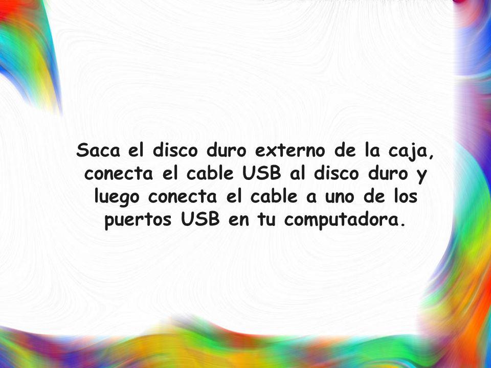 Saca el disco duro externo de la caja, conecta el cable USB al disco duro y luego conecta el cable a uno de los puertos USB en tu computadora.