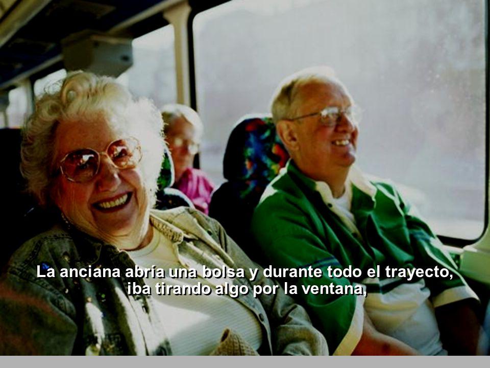 Una parada después, una anciana subía al autobús y se sentaba al lado de la ventana