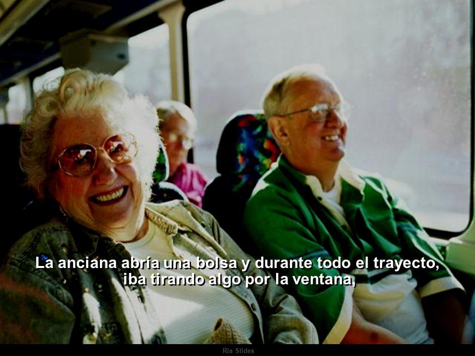 Ria Slides Una parada después, una anciana subía al autobús y se sentaba al lado de la ventana