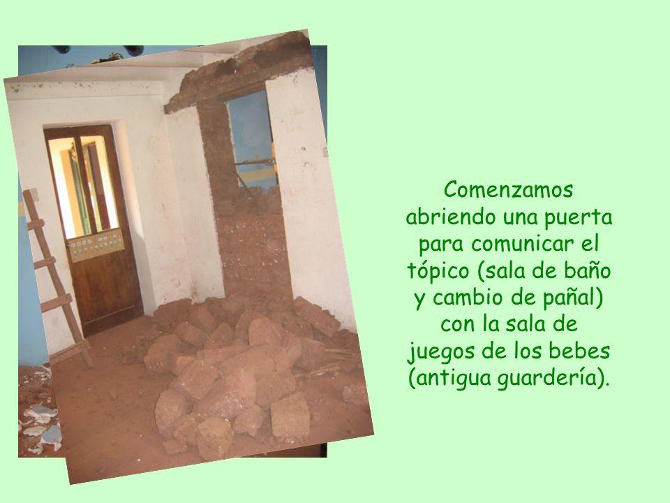 Comenzamos abriendo una puerta para comunicar el tópico (sala de baño y cambio de pañal) con la sala de juegos de los bebes (antigua guardería).