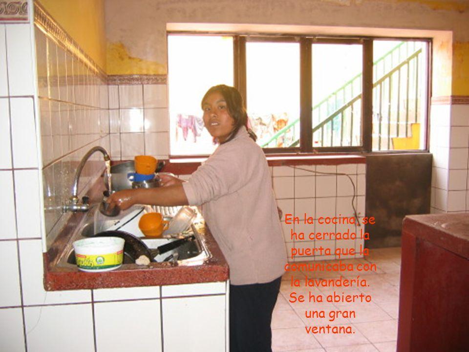 En la cocina, se ha cerrado la puerta que la comunicaba con la lavandería.