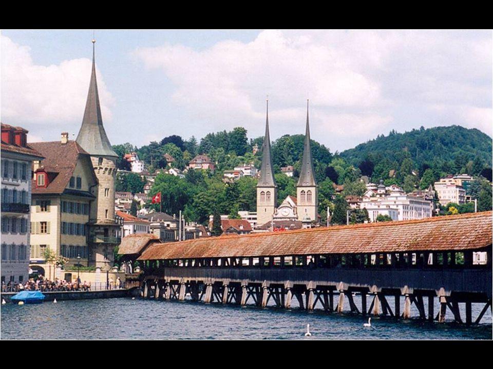 En Lucerna, hay dos puentes medievales de madera que cruzan el cauce del Reuss. El puente de la Capilla ( Kapellbrücke ) es el más largo además del pu