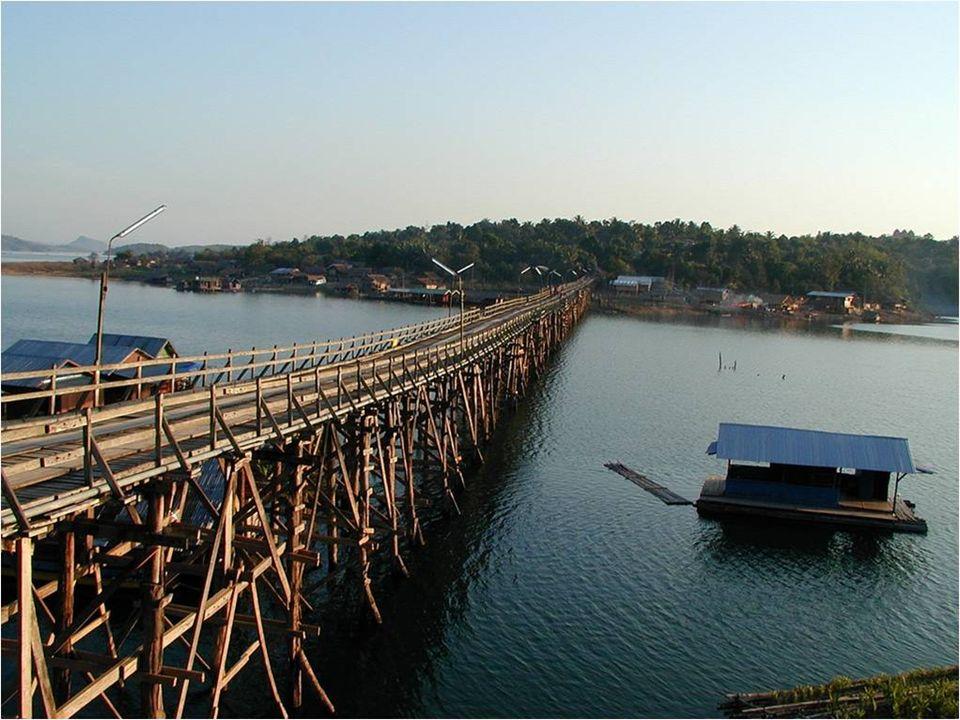 Tiene 400 metros de extensión, y cruza el lago de Sangkhlaburi. Además de que es el más largo y más grande hecho a mano en Tailandia, su construcción
