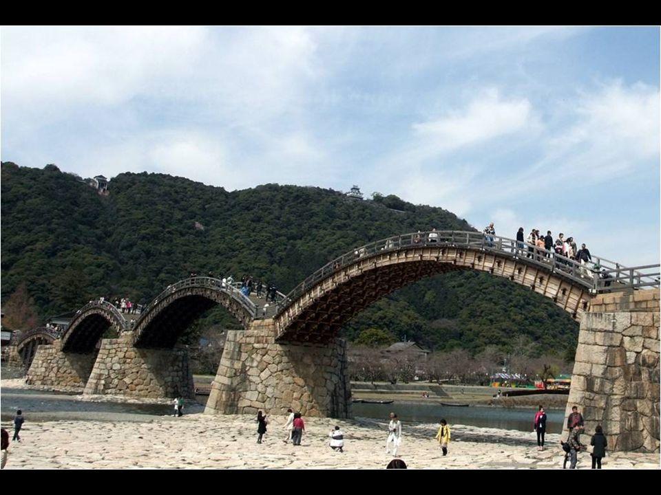 Es uno de los puentes más importantes en Japón. Son cinco arcos de madera a orillas del río Nishiki, un tesoro nacional construido en 1673 como acceso
