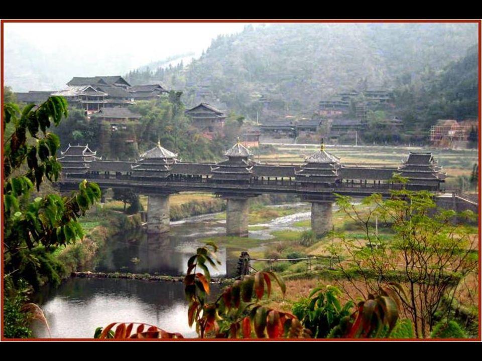 Tiene 400 metros de extensión, y cruza el lago de Sangkhlaburi.