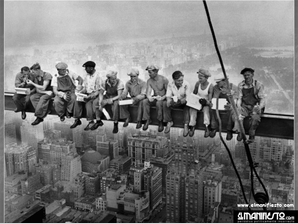El título original de la siguiente fotografía es Lunch atop a Skyscraper o sea, Almuerzo en la cima de un rascacielos.