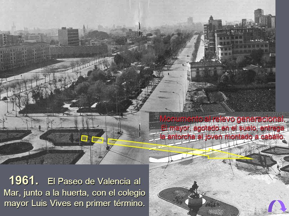 1961. El Paseo de Valencia al Mar; los chalet que había frente a la facultad de medicina, junto a la clínica Quirón.