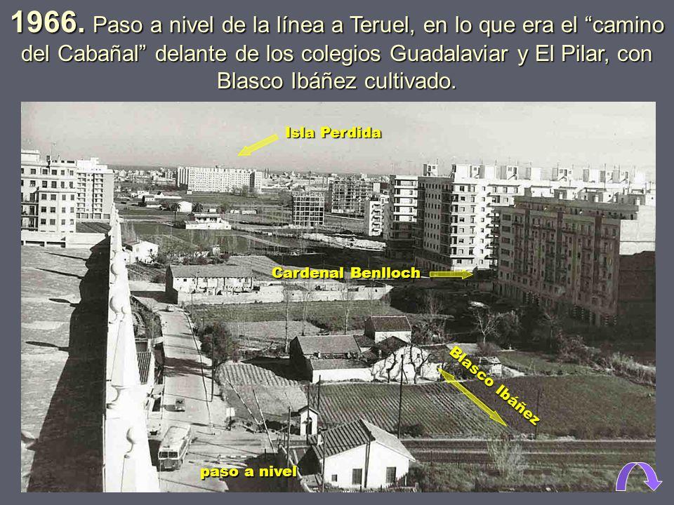 1965. El ferrocarril circulando junto al colegio de El Pilar