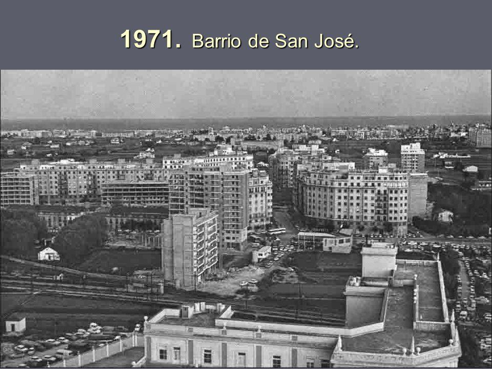 1966. Paso a nivel de la línea a Teruel, en lo que era el camino del Cabañal delante de los colegios Guadalaviar y El Pilar, con Blasco Ibáñez cultiva