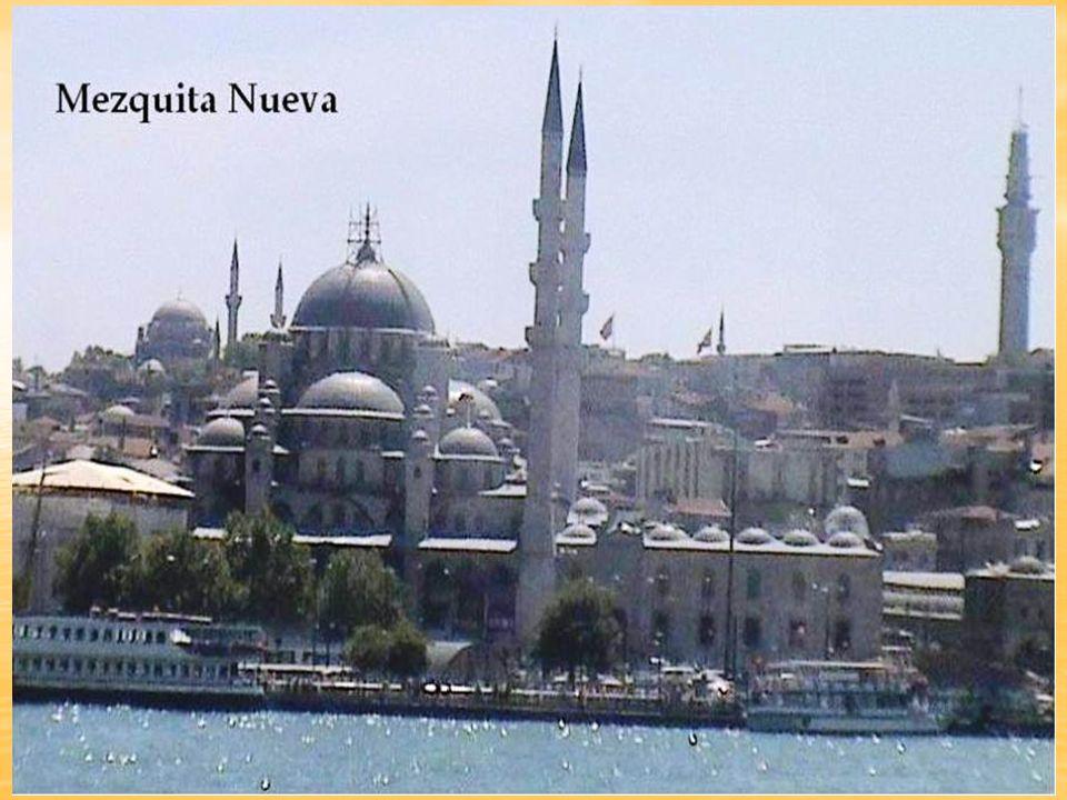MEZQUITA DE NURUOSMANIYE Esta mezquita está en la entrada del Gran Bazar en el barrio de Cagaloglu.