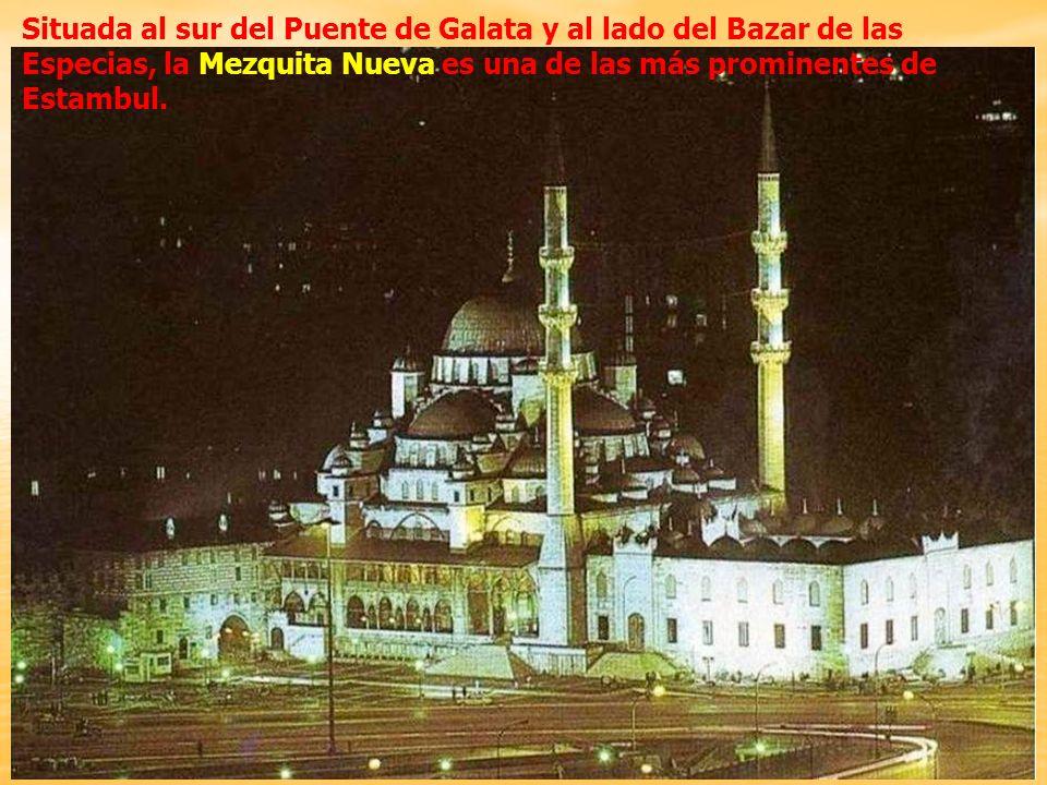 La construcción de la mezquita se inició en 1597 por deseo de Safiye Sultán, madre del sultán Mehmet III. Cuando Ahmet I accedió al trono en 1603, la