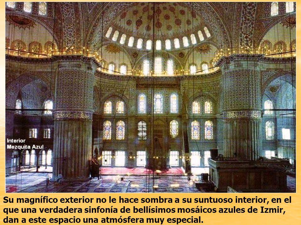 Está situada enfrente de la Iglesia de Santa Sofía, separadas ambas por un hermoso espacio ajardinado.
