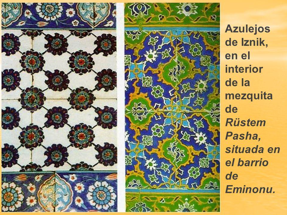 Mezquita de Rüstem Pasha. Una de las mezquitas más bonitas de Estambul, es la construida en 1561 por Rüstem Pasha, con el azulejeado más suntuoso de l