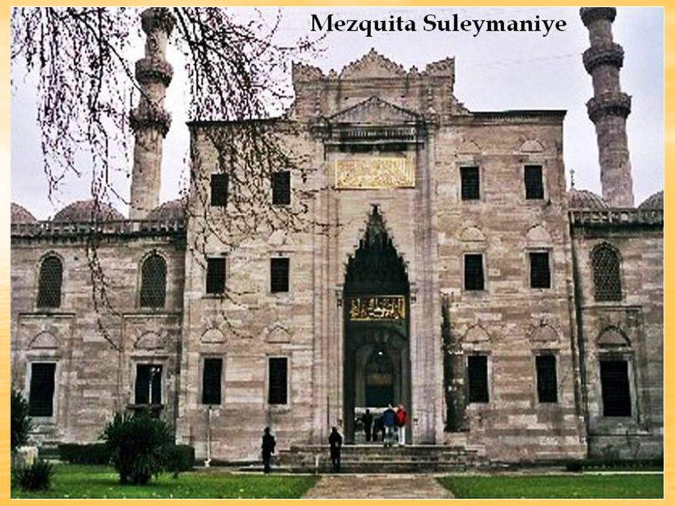 La Mezquita de Suleimán el Magnífico o Suleymaniye, en lo alto de una colina, es la más grande de Estambul con marmol blanco labrado y hermosas vidrie
