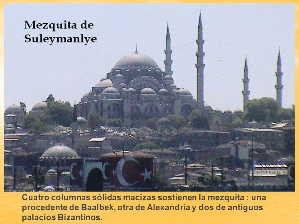 El interior de la mezquita invade una inmensa sensación de espacio. Este fenómeno se debe a que la distancia entre el suelo y el cenit de la cúpula es