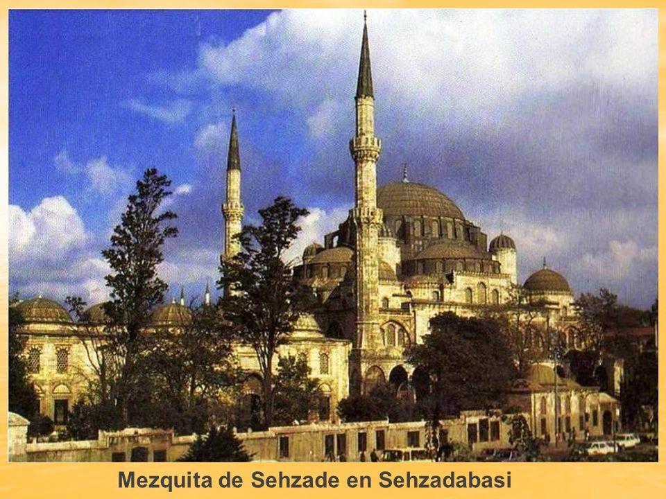 MEZQUITA DE SEHZADE Es el primer complejo de mezquita imperial, construido por el arquitecto Sinan. La mezquita de Sehzade está en el barrio de Sehzad