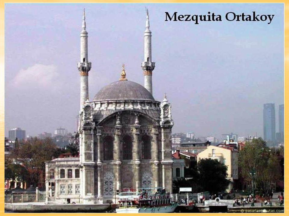 A Estambul, se la llamó la ciudad de las mil mezquitas , un sobrenombre ciertamente apropiado para esta inmensa urbe cuya silueta es un bosque de minaretes de todos los tamaños.