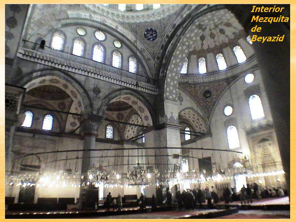 Mezquita de Beyazid, llamada también Mezquita de las Palomas. Fue construida entre 1501 y 1506 por el arquitecto Yakup Şah siguiendo el esquema de San