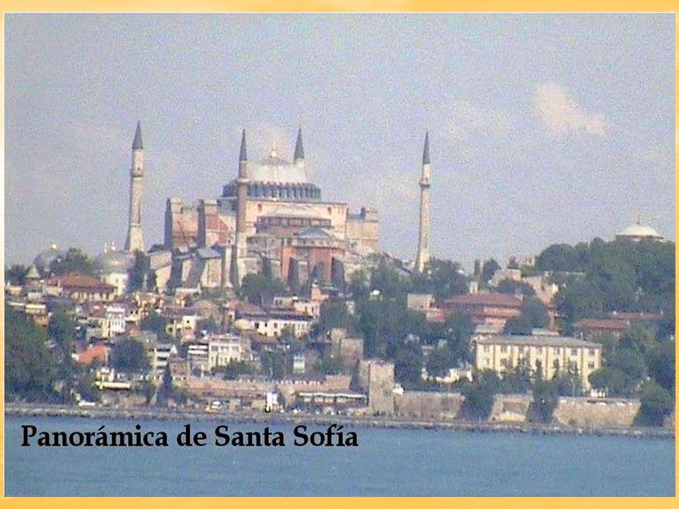 La mezquita de Fatih, lleva el nombre del conquistador otomano de la ciudad de Estambul Fatih Sultan Mehmet, encontrándose en ella su mausoleo.