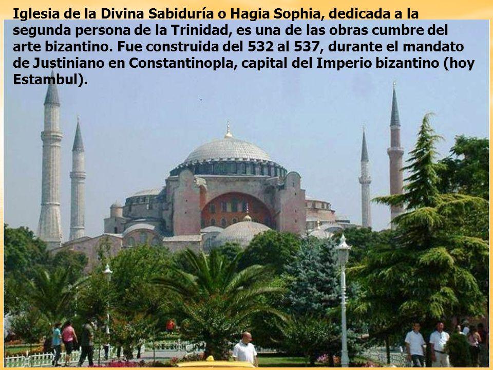 La Basílica de Santa Sofía es una obra maestra de la arquitectura bizantina y está considerada como la octava maravilla del mundo por algunos historiadores de arte, es el lugar histórico más importante de Estambul, siendo el único edificio que ha subsistido desde el siglo VI hasta nuestros días.
