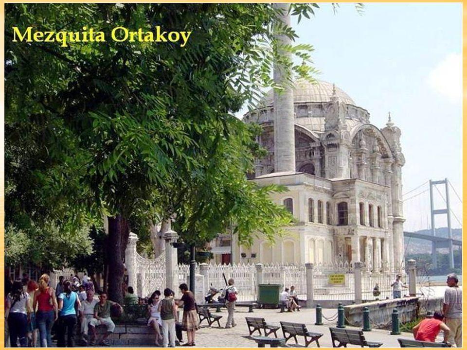 La mezquita de Ortaköy, que se encuentra a la orilla del Bosforo, fue encargada al arquitecto Nikogos Balyan por el sultán Abdülmecid en el año 1854 -